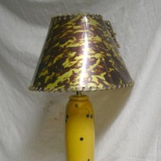 Vintage: LAMPARA SOBREMESA ART DECÓ, MADERA POLICROMADA, MANPARA DE CELULOIDE. MED. 70 CM. Lote 26852935