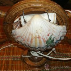 Vintage: ANTIGUA LAMPARA DE UN TIMON DE MADERA CON 2 ENORMES CONCHAS PINTADAS A MANO / AÑOS 60. Lote 29750349