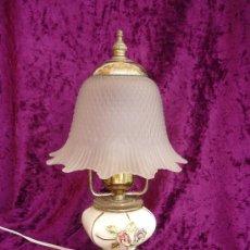 Vintage: LAMPARA DE SOBRE MESA EN PORCELANA CON TULIPA DE CRISTAL.. Lote 30859646
