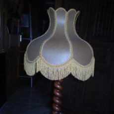 Vintage: LAMPARA INSTALADA CON PIE DE MADERA. Lote 31756536