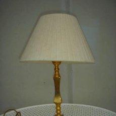 Vintage: LAMPARA DE SOBREMESA, PANTALLA BLANCA Y PIÉ DORADO.. Lote 36139611