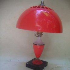 Vintage: LAMPARA VINTAGE PLASTICO ROJO Y PIE MARMOL MUY ORIGINAL. Lote 38002966
