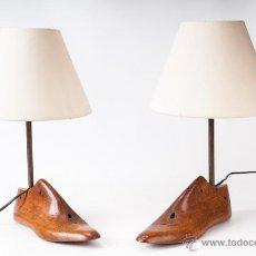 Vintage: PAREJA DE LAMPARAS DE MESA, HORMAS DE MADERA CON PANTALLA, FIRMADAS. Lote 39427451