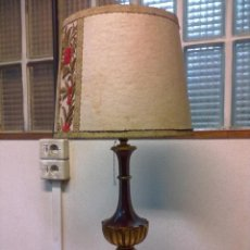 Vintage: LAMPARA SOBREMESA MADERA DORADA Y POLICROMADA. Lote 39831444