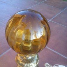 Vintage: ANTIGUA LAMPARA DE SOBREMESA EN DORADO CON BONITO GLOBO DE CRISTAL, AÑOS 60S. Lote 42915186