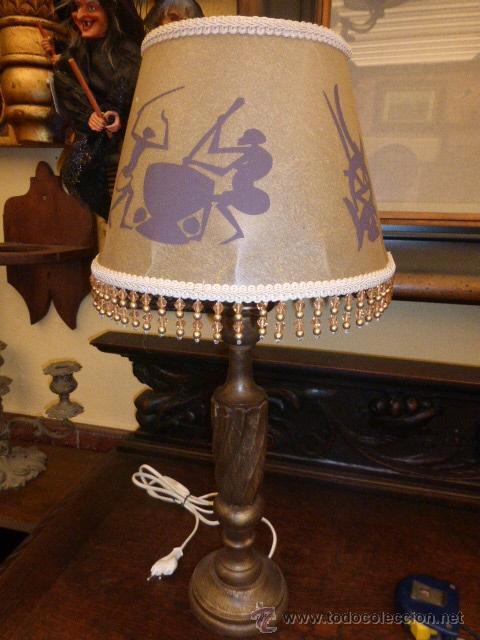 LAMPARA DE SOBREMESA CON EL PIE DE MADETA TALLADA EN COLOR ORO VIEJO Y LA PANTALLA NUEVA. (Vintage - Lámparas, Apliques, Candelabros y Faroles)