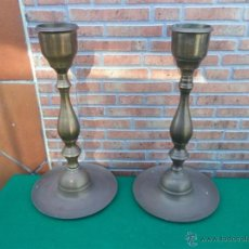 Vintage: PAREJA DE CANDELABROS DE METAL ANTIGUO. Lote 44789091