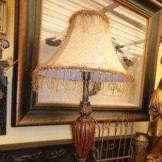 Vintage: LAMPARA DE SOBREMESA CON EL PIE DE COLOR MARRON Y ORO VIEJO Y LA PANTALLA DE COLOR DORADO. . Lote 44795808