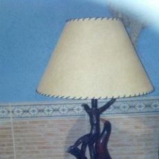 Vintage: LAMPARA DE MESA ARTESANAL CON PIE Y BASE DE MADERA. Lote 45274613