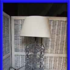 Vintage: LAMPARA PANTALLA DE SOBREMESA CON PIE DE HIERRO CON BONITO TRABAJO. Lote 45724371