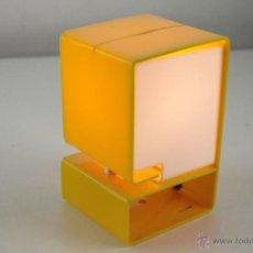Vintage: LAMPARA DE SOBREMESA PLASTICO AMARILLO METACRILATO DISEÑO RETRO SPACE AGE AÑOS 60. Lote 48888447