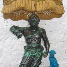 Vintage: GRAN LAMPARA ANTIGUA CERAMICA ESMALTADA MANISES BON DIA GUERRERO SHAOLIN AÑOS 50 VINTAGE. Lote 51696643
