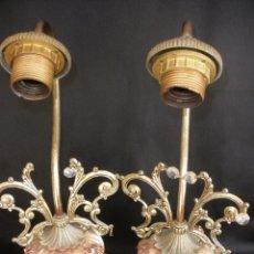 Vintage: ANTIGUAS LAMPARAS SOBREMESA BRONCE Y PORCELANA MANISES LAMPARA MODERNISTA FLORES RELIEVE. Lote 52853379