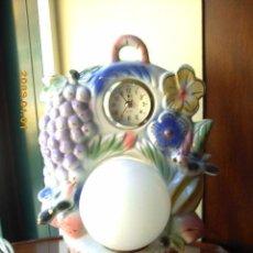 Vintage: LAMPARA RELOJ DE SOBREMESA, O MESITA DE NOCHE. EN CERÁMICA. 30C. TS. DE ALTA. Lote 52950296