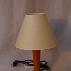 Vintage: LAMPARA DE SOBREMESA CON PIE DE MADERA. Lote 54599610