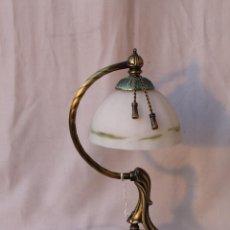 Vintage: LAMPARA DE SOBREMESA EN METAL CON PANTALLA DE CRISTAL. Lote 54643917