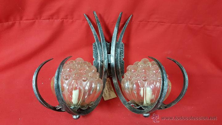 APLIQUE DE PARED DE DOS BRAZOS EN FORJA CON FORMA DE GARRAS CON GLOBOS. (Vintage - Lámparas, Apliques, Candelabros y Faroles)