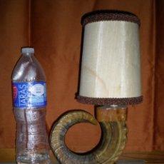 Vintage: LAMPARA DE MESA ANTIGUA HECHA CON ASTA DE CUERNO NATURAL FUNCIONANDO PERFECTA AÑOS 50 MIDE 38 CM. Lote 67062126
