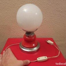 Vintage: LAMPARA VINTAGE ORIGINAL AÑOS 60-70 LAMPARITA SOBREMESA NEW AGE SPACE CROMADA TULIPA OPALINA. Lote 70027265