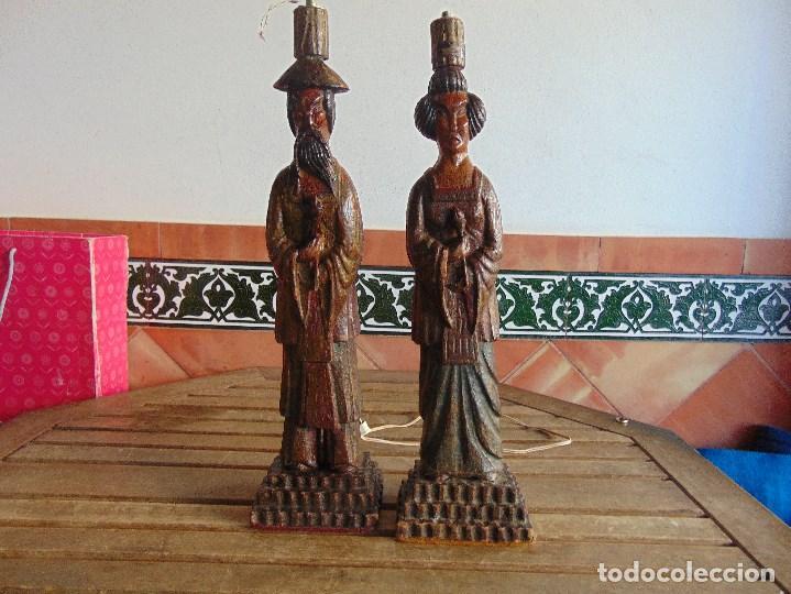 PAREJA DE LAMPARAS DE SOBREMESA TALLADAS EN MADERA PERSONAJES ORIENTALES (Vintage - Lámparas, Apliques, Candelabros y Faroles)