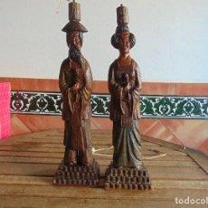 Vintage: PAREJA DE LAMPARAS DE SOBREMESA TALLADAS EN MADERA PERSONAJES ORIENTALES. Lote 75307135