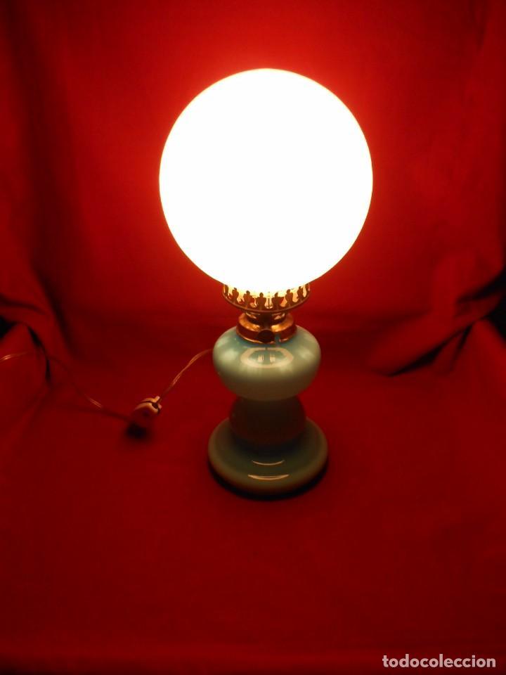 BONITA LAMPARA EN OPALINA AZUL EN FORMA DE QUINQUE Y GLOBO BLANCO - FUNCIONANDO - (Vintage - Lámparas, Apliques, Candelabros y Faroles)