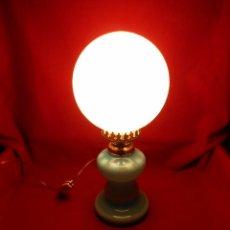 Vintage: BONITA LAMPARA EN OPALINA AZUL EN FORMA DE QUINQUE Y GLOBO BLANCO - FUNCIONANDO -. Lote 76405703