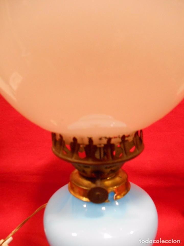 Vintage: BONITA LAMPARA EN OPALINA AZUL EN FORMA DE QUINQUE Y GLOBO BLANCO - FUNCIONANDO - - Foto 3 - 76405703