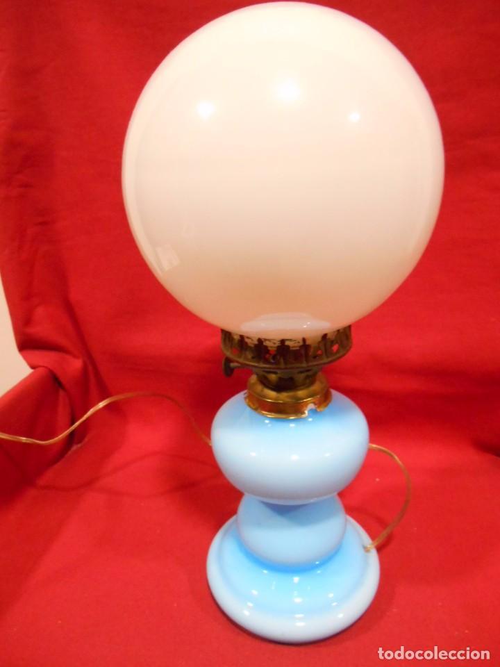 Vintage: BONITA LAMPARA EN OPALINA AZUL EN FORMA DE QUINQUE Y GLOBO BLANCO - FUNCIONANDO - - Foto 4 - 76405703