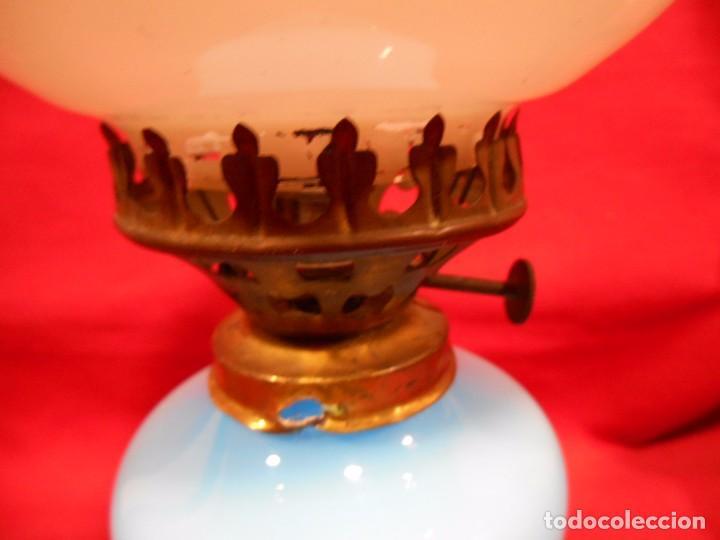 Vintage: BONITA LAMPARA EN OPALINA AZUL EN FORMA DE QUINQUE Y GLOBO BLANCO - FUNCIONANDO - - Foto 7 - 76405703