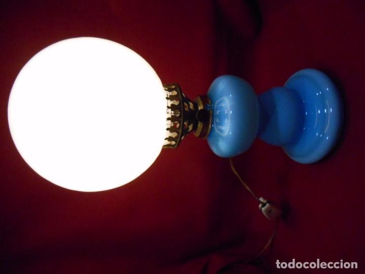 Vintage: BONITA LAMPARA EN OPALINA AZUL EN FORMA DE QUINQUE Y GLOBO BLANCO - FUNCIONANDO - - Foto 8 - 76405703