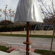 Vintage: LAMPARA CON PIE DE MADERA Y CON PANTALLA EN COLOR CRUDO. Lote 76489375
