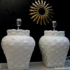 Vintage: PAREJA DE ORIGINALES LAMPARAS EN CERAMICA DE MANISES BLNCAS VINTAGE ESTILO MIMBRE IDEAL VINTAGE. Lote 78272425