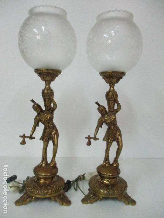 PAREJA DE LÁMPARAS SOBREMESA - LÁMPARA - BRONCE, CINCELADO -TULIPA DE CRISTAL -51 CM ALTURA -AÑOS 60 (Vintage - Lámparas, Apliques, Candelabros y Faroles)