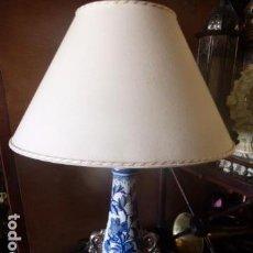 Vintage: LAMPARA DE SOBREMESA DE CERAMICA PINTADA EN AZUL COBALTO Y ORO DE ESTILO ORIENTAL CON PEANA DE MADER. Lote 86272012
