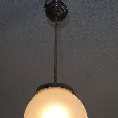 Vintage: LAMPARA VINTAGE. ART DECO.. TULIPA GLOBO ESMERILADO TALLADO. FUNCIONAMIENTO.. Lote 89250708