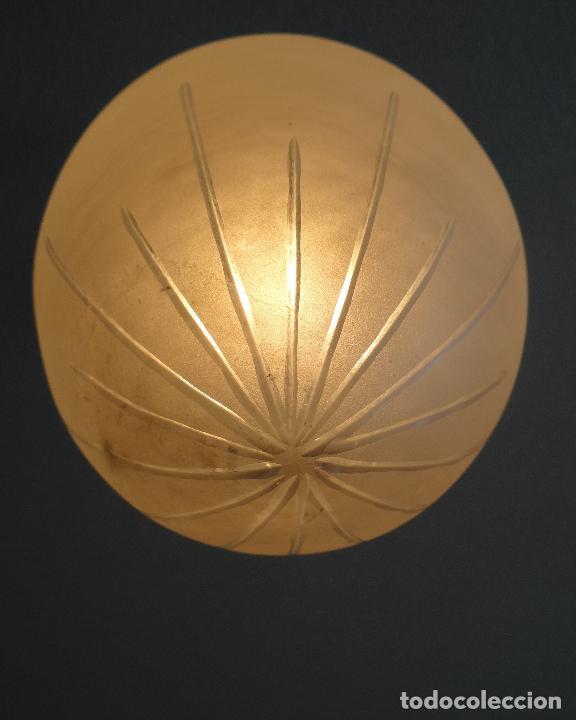 Vintage: LAMPARA VINTAGE. ART DECO.. TULIPA GLOBO ESMERILADO TALLADO. FUNCIONAMIENTO. - Foto 2 - 89250708