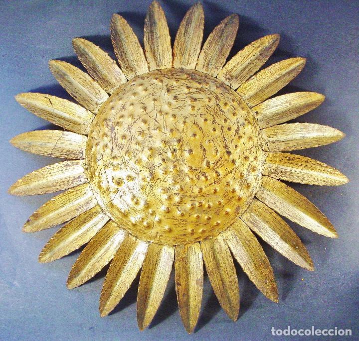 LAMPARA DE TECHO, CON FORMA DE SOL. EN METAL DORADO. 42 CM DIÁMETRO. BUEN ESTADO. AÑOS 60 (Vintage - Lámparas, Apliques, Candelabros y Faroles)