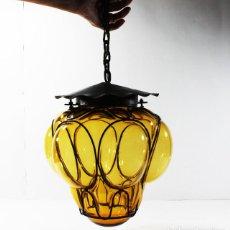 Vintage: LAMPARA DE TECHO RETRO VINTAGE HIERRO Y CRISTAL AMBAR 31 CM ALTO, MUY RARA PARECE UN ALIEN. Lote 96691543