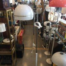 Vintage: LAMPARA DE PIE METALICO CON PANTALLA PLASTICA CON PINZA MARCA PUGAR DE LOS AÑOS 70. Lote 97062395