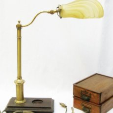 Vintage: GRAN LAMPARA VINTAGE ESCRITORIO DESPACHO MADERA LATON Y TULIPA OPALINA CONCHA ESTILO MODERNISTA. Lote 97881455
