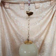 Vintage: BONITA LAMPARA VINTAGE DE TECHO DE METAL DORADO, CON TULIPA ESFÉRICA CRISTAL OPACO. Lote 98193047
