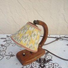 Vintage: ANTIGUA LAMPARA DE SOBREMESA ,MADERA Y TEJIDOS,AÑOS 50/60,PANTALLA MOVIL.. Lote 148363593