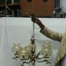 Vintage: LAMPARA VINTAGE ANTIGUA. ESTILO MODERNISTA. LAMPARA DE TECHO DE BRONCE Y PORCELANA CON TULIPAS. Lote 99176467