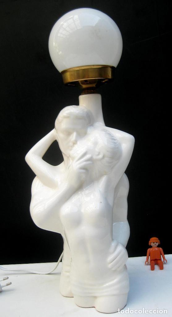 LAMPARA VINTAGE CERAMICA MANISES BLANCA PAREJA BESANDOSE (Vintage - Lámparas, Apliques, Candelabros y Faroles)