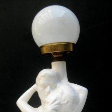 Vintage: LAMPARA VINTAGE CERAMICA MANISES BLANCA PAREJA BESANDOSE . Lote 99872783