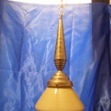 Vintage: LAMPARA ART DECO CON TULIPA OPALINA EN AMBAR Y PRECIOSO PENDULO DE LATON, ELECTRIFICADA. Lote 103470351