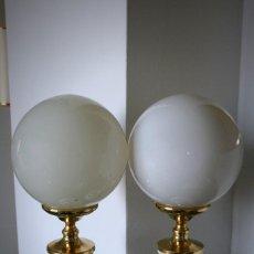 Vintage: LAMPARA DORADA Y BLANCA DE MESA CON GLOBO. Lote 103827651