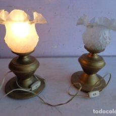 Vintage: PAREJA DE 2 ANTIGAS LAMPARAS MESITA (AÑOS 60 RETRO VINTAGE) DE LATON, COMPLETAS Y FUNCIONANDO. Lote 104670839