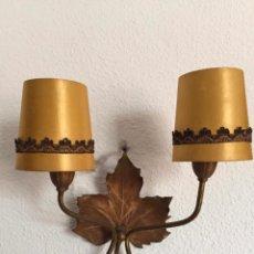Vintage: LAMPARA APLIQUE ANTIGUO PARED FORJA EN DORADO CON PANTALLAS TEXTIL SEDA O SIMILAR HOJA PARRA. Lote 104893979